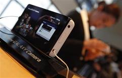 <p>Présentation jeudi à Séoul du Galaxy Camera, un appareil photo fonctionnant avec le système Android de Google et permettant de partager ses photos sur les réseaux sociaux sans connexion filaire. Le fabricant sud-coréen lance son offensive sur ce marché, largement dominé par les groupes japonais, qui représentera dans son ensemble 46 milliards de dollars (36,43 milliards d'euros) en 2017. /Photo prise le 29 novembre 2012/REUTERS/Kim Hong-Ji</p>