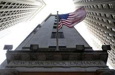 """<p>Wall Street ouvre en hausse jeudi, dans l'espoir d'une issue favorable aux négociations en cours sur le """"mur budgétaire"""" qui menace les Etats-Unis de retomber dans la récession au début de l'an prochain. Dans les premiers échanges, le Dow Jones gagne 0,39%, le Standard & Poor's 500 progresse de 0,5% et le Nasdaq prend 0,66%. /Photo prise le 19 novembre 2013/REUTERS/Chip East</p>"""