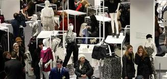 <p>Le marché français du prêt-à-porter, plombé par la crise et la montée du chômage, devrait encore reculer en 2013 et signer le triste record d'une sixième année de baisse consécutive. /Photo d'archives/REUTERS/Denis Sinyakov</p>