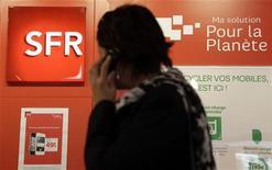 <p>L'opérateur télécoms SFR a lancé jeudi à Lyon son premier service de très haut débit mobile grâce auquel il espère retrouver de la valeur sur un marché français en proie à la guerre des prix. Après ce premier lancement, la filiale de Vivendi prévoit de déployer la 4G à Montpellier le 18 décembre, avant Lille, Marseille, Strasbourg et Toulouse au premier semestre l'an prochain. /Photo prise le 15 octobre 2012/REUTERS/Eric Gaillard</p>