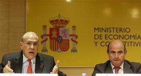 <p>Les partenaires européens de l'Espagne devraient dire clairement qu'une aide financière sera accordée au pays si ce dernier devait en faire la demande et ce afin d'achever de rassurer les investisseurs, a déclaré jeudi Angel Gurria (à gauche), secrétaire général de l'Organisation de coopération et de développement économiques (OCDE), lors d'une conférence de presse commune avec le ministre de l'Economie espagnol Luis de Guindos. /Photo prise le 29 novembre 2012/REUTERS/Andrea Comas</p>