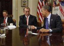 """<p>Le chef de file des républicains à la chambre des représentants John Boehner avec le président Barack Obama et le secrétaire au Trésor, Timothy Geithner. Démocrates et républicains se sont mutuellement reprochés jeudi de ne pas faire de propositions """"constructives"""" pour tenter de parvenir à un compromis qui éviterait à l'économie américaine de heurter de plein fouet le """"mur budgétaire"""" au début de l'année prochaine. /Photo d'archives/REUTERS/Larry Downing</p>"""