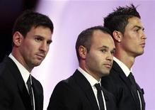 <p>Foto de archivo de Lionel Messi (I), Andrés Iniesta (C) y Cristiano Ronaldo (D) en la ceremonia en la que se eligió al mejor Jugador de la UEFA en 2012. Ago 30, 2012. REUTERS/Eric Gaillard</p>