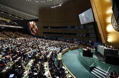 <p>Le président de l'Autorité palestinienne Mahmoud Abbas face à l'Assemblée générale de l'ONU. L'Assemblée générale des Nations Unies a accordé jeudi à la Palestine le statut d'Etat non membre observateur, la reconnaissant ainsi implicitement comme un Etat souverain. /Photo prise le 29 novembre 2012/REUTERS/Chip East</p>