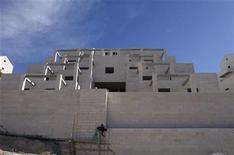 <p>Un trabajador palestino trabaja en un asentamiento judío en Maale Adumim, cerca de Jerusalén, dic 2 2012. Israel encaraba el martes fuertes críticas de varios países de Europa por la decisión del primer ministro Benjamin Netanyahu de expandir la construcción de sus asentamientos en respuesta al reconocimiento implícito de Naciones Unidas del Estado palestino. REUTERS/Baz Ratner</p>