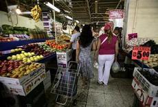 <p>Foto de archivo de unas mujeres realizando sus compras en el mercado Martínez de la Torre en Ciudad de México, mar 22 2008. Analistas privados subieron a un 3.77 por ciento el pronóstico para la inflación del 2013 en México, apenas por encima del 3.76 por ciento que habían previsto antes, y esperan que la tasa clave de interés se mantenga estable por un largo tiempo. REUTERS/Daniel Aguilar</p>