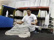 <p>Foto de archivo de un empleado en una planta de la firma textil Karen Kane en Los Angeles, jun 30 2011. El sector manufacturero de Estados Unidos se contrajo inesperadamente en noviembre y cayó a su menor nivel en más de tres años, en una señal de que la actividad fabril estaría con dificultades para ganar fuerza, según un reporte de la industria divulgado el lunes. REUTERS/Lucy Nicholson</p>