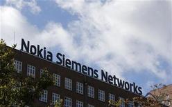 <p>Foto de archivo del logo de la firma Nokia Siemens Networks en Berlín, oct 9 2012. El fabricante de equipos de telecomunicaciones Nokia Siemens Networks (NSN) dijo el lunes que venderá su unidad de redes de fibra óptica a Marlin Equity Partners. REUTERS/Fabrizio Bensch</p>