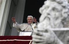 <p>El papa, Benedicto XVI, durante la misa del Angelus en la plaza San Pedro en El Vaticano, dic 2 2012. Aunque aún no ha mandado un solo tuit, el papa Benedicto XVI tenía el martes 370.000 seguidores en Twitter apenas 24 horas después de que el Vaticano presentara su cuenta, @pontifex. REUTERS/Max Rossi</p>