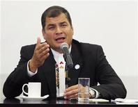 <p>El presidente de Ecuador, Rafael Correa, durante una conferencia de prensa durante una cumbre bilateral en Cuenca, nov 23 2012. Correa dijo el martes que pedirá a la mandataria argentina, Cristina Fernández, que se cumpla una sentencia contra Chevron en ese país, donde la justicia impuso un embargo a la petrolera por hasta 19.000 millones de dólares por una causa ambiental. REUTERS/Erick Ilaquize</p>