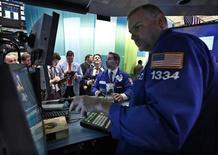 <p>Imagen de archivo de un grupo de operadores en el parqué de Wall Street en Nueva York, dic 5 2012. Una sesión volátil terminó con las acciones mayormente en alza el miércoles en Wall Street, aunque los papeles de Apple sufrieron su peor jornada de pérdidas en casi cuatro años. REUTERS/Brendan McDermid</p>