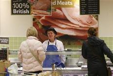 <p>Imagen de archivo de una empleada en la sección carnicería de una tienda de la firma Tesco en Bishop's Stortford, Inglaterra, nov 26 2012. Los precios mundiales de los alimentos podrían seguir cayendo en los próximos meses tras alcanzar en noviembre sus niveles más bajos desde junio, dijo el jueves un importante economista de la Organización para la Agricultura y la Alimentación de las Naciones Unidas, FAO. REUTERS/Suzanne Plunkett</p>