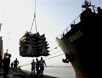 <p>Imagen de archivo de un grupo de trabajadores junto a un cargamento de caña de azúcar en el puerto de Santos, Brasil, sep 3 2004. El Gobierno brasileño lanzó el jueves un plan de inversión de 54.200 millones de reales (unos 26.000 millones de dólares) para reducir los altos costos y las demoras en los envíos de los bienes dentro y fuera del exportador de materias primas. REUTERS/Paulo Whitaker</p>