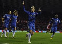<p>En inscrivant un doublé contre Sunderland, samedi, Fernando Torres (au centre) a fait le bonheur des supporters de Chelsea mais aussi celui du nouvel entraîneur Rafael Benitez, qui a connu sa première victoire (3-1) en Premier League depuis sa nomination. /Photo prise le 8 décembre 2012/REUTERS/Nigel Roddis</p>
