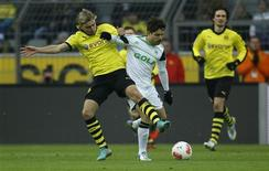<p>Duel entre Marcel Schmelzer du Borussia Dortmund et Diego (à droite) de Wolfsburg. Sur la pelouse de Dortmund, Wolsfsburg a tiré un profit maximum d'un penalty contesté qui a entraîné un but et un carton rouge pour l'emporter 3-2, samedi, au cours d'un match âprement disputé de Bundesliga. /Photo prise le 8 décembre 2012/REUTERS/Ina Fassbender</p>