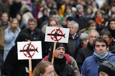 """<p>Plus de 2.000 opposants au projet d'aéroport de Notre-Dame-des-Landes (Loire-Atlantique) ont manifesté samedi à Nantes dans le cadre d'une journée d'action européenne contre les """"projets nuisibles"""". /Photo prise le 8 décembre 2012/REUTERS/Stéphane Mahé</p>"""
