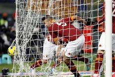 <p>Leandro Castan, buteur pour l'AS Roma contre la Fiorentina. Les Romains ont signé samedi leur quatrième victoire d'affilée (4-2) en Serie A. /Photo prise le 8 décembre 2012/REUTERS/Giampiero Sposito</p>
