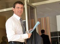 """<p>Manuel Valls la préfecture de Haute Corse, à Bastia, le 26 novembre dernier. Le ministre de l'Intérieur a souhaité dimanche que l'ensemble de la classe politique corse condamne la vague de violences sur l'île, et condamné l'""""ambiguïté"""" de certains élus. /Photo d'archives/REUTERS/Pierre Murati</p>"""