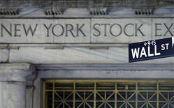 """<p>Le risque de voir s'ériger un """"mur budgétaire"""" l'an prochain aux Etats-Unis, dont l'une des briques serait un alourdissement de la fiscalité des plus-values financières, pourrait pousser les investisseurs à vendre sans discrimination à Wall Street d'ici le 31 décembre, que les actions aient baissé ou monté durant l'année. /Photo d'archives/REUTERS/Brendan Mcdermid</p>"""