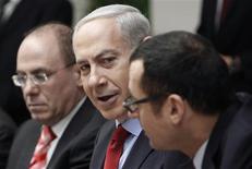 """<p>Benjamin Netanyahu, lors du conseil des ministres à Jérusalem. Au lendemain du discours de Khaled Méchaal, le Premier ministre israélien a estimé que le serment du Hamas de défaire Israël après avoir revendiqué sa """"victoire"""" à l'issue du conflit dans la bande de Gaza en novembre justifiait les réticences de l'Etat hébreu à céder davantage de terres aux Palestiniens. /Photo prise le 9 décembre 2012/REUTERS/Ammar Awad</p>"""