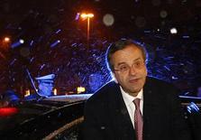 <p>Le Premier ministre grec Antonis Samaras. La Grèce pourrait solliciter de nouvelles propositions de ses créanciers obligataires dans le cadre d'un programme de rachat d'obligations qui s'inscrit dans son renflouement international, ont déclaré dimanche des responsables grecs. /Photo prise le 9 décembre 2012/REUTERS/Michaela Rehle</p>