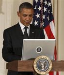 <p>Imagen de archivo del presidente de Estados Unidos, Barack Obama, mientras escribe su primer mensaje en su cuenta alojada en el sitio web Twitter desde la Casa Blanca en Washington, jul 6 2011. El mensaje triunfal del presidente estadounidense Barack Obama tras las elecciones de este año fue la publicación más repetida en Twitter, pero los Juegos Olímpicos resultaron el evento más tuiteado en el 2012. REUTERS/Larry Downing</p>