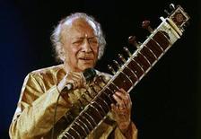 <p>Imagen de archivo del maestro indio del sitâr y compositor Ravi Shankar durante una presentación en Calcuta, feb 7 2009. El maestro indio del sitar y compositor Ravi Shankar, quien ayudó a introducir el sitar en el mundo occidental gracias a sus colaboraciones con los Beatles, murió en California del Sur el martes, dijo su familia. Tenía 92 años. REUTERS/Jayanta Shaw</p>
