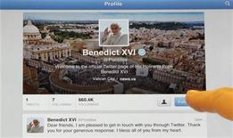 <p>La cuenta en Twitter del papa, Benedicto XVI, vista en un iPad en Milán, Italia, dic 12 2012. Después de semanas de expectación, el papa Benedicto XVI puso solemnemente su dedo sobre una tablet el miércoles para intentar mandar su primer tuit... pero algo salió mal. REUTERS/Stefano Rellandini</p>