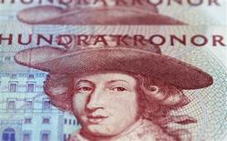 <p>Couronnes suédoises. La Banque de Suède a réduit mardi son taux directeur d'un quart de point, à 1,0%, en mettant en avant l'impact de la crise de la zone euro sur l'économie nationale. /Photo d'archives/REUTERS/Bob Strong</p>