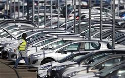 <p>Les commandes de voitures neuves en France ont rechuté en novembre, le sursaut observé le mois précédent n'ayant été que de courte durée dans un marché sinistré pour la plupart des marques généralistes, Volkswagen excepté. /Photo prise le 7 septembre 2012/REUTERS/Vincent Kessler</p>