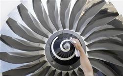 <p>Une dizaine de PME françaises de l'aéronautique ont pris leur destin en main en créant une centrale d'achat leur permettant de négocier les prix de leurs matériaux. L'initiative est soutenue par Airbus, qui s'inquiète de la solidité de ses sous-traitants. /Photo prise le 10 septembre 2012/REUTERS/Tobias Schwarz</p>