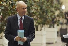 <p>Louis Gallois, commissaire général à l'Investissement, va être nommé au conseil de surveillance de PSA Peugeot Citroën pour faire le lien entre le constructeur automobile et l'Etat. /Photo prise le 5 novembre 2012/REUTERS/Philippe Wojazer</p>
