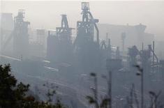 <p>L'intersyndicale de l'usine ArcelorMittal de Florange (Moselle) s'est efforcée mardi d'afficher une unité quelque peu mise à mal par l'accord signé entre le gouvernement et la direction du groupe sidérurgique. /Photo prise le 1er octobre 2012/REUTERS/Vincent Kessler</p>