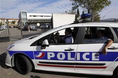 <p>Devant la brigade anti-criminalité (BAC) Nord de Marseille. Les quatre policiers de la BAC Nord de Marseille encore écroués pour des faits présumés de vols et d'extorsion sur des revendeurs de drogue ont été remis en liberté. Dans cette affaire, seize fonctionnaires sont mis en examen pour vol et extorsion en bande organisée, détention, acquisition, transport et cession de stupéfiants. /Photo prise le 12 octobre 2012/REUTERS/Jean-Paul Pélissier</p>