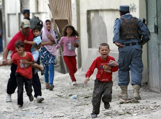 Children run away after an explosion in Kabul, May 24, 2013.  REUTERS-Omar Sobhani