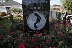 """La maison dans laquelle Michael Jackson a grandi à Gary, dans l'Indiana. La justice française a condamné Conrad Murray, le médecin du """"roi de la pop"""", à verser un euro symbolique à cinq des fans du chanteur qui plaidaient le """"préjudice affectif"""". /Photo prise le 23 octobre 2013/REUTERS/Jim Young"""