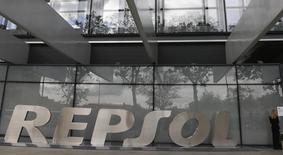 Repsol annonce mardi que son conseil d'administration a approuvé un règlement de cinq milliards de dollars avec l'Argentine concernant des actifs saisis en 2012, règlement qui doit maintenant être approuvé par les actionnaires du groupe pétrolier espagnol et par le Congrès argentin. Repsol précise qu'il recevra trois emprunts souverains argentins dont la valeur nominale cumulée est de cinq milliards de dollars (3,64 milliards d'euros). /Photo prise le 16 mai 2013/REUTERS/Sergio Perez