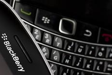 BlackBerry a dévoilé mardi un nouveau smartphone à moins de 200 dollars (145 euros), dans l'espoir d'endiguer ses pertes et de ramener à lui les clients des marchés émergents séduits par les téléphones fonctionnant sous Android, le système d'exploitation de Google. /Photo d'archives/REUTERS/Mark Blinch