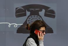 Après les révélations sur les programmes de surveillance américains, Deutsche Telekom va lancer une application pour smartphones permettant de crypter les appels vocaux et les messages texte et qui sera accessible à tous ses clients. /Photo prise le 2 septembre 2013/REUTERS/Stefan Wermuth