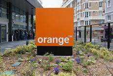 Orange, en baisse de 2,74% à la mi-séance, est à suivre à la Bourse de Paris, l'opérateur télécoms étant affecté par l'annonce d'une nouvelle offre ADSL de Bouygues Telecom à 19,99 euros par mois. L'indice CAC 40, de son côté, recule de 0,5% à 4.392,44 points à 13h45. /Photo prise le 17 juin 2013/REUTERS/Charles Platiau