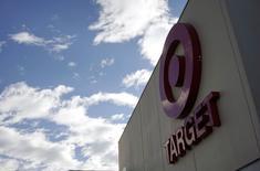 Target à suivre sur les marchés américains, le troisième distributeur américain ayant prévenu que les coûts liés à une cyberattaque violente risquaient de grever les bénéfices à venir. /Photo prise le 14 février 2014/REUTERS/Rick Wilking