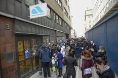 La police suédoise a dû disperser mercredi une foule de chômeurs en colère devant une agence du Pôle emploi local qui avait convoqué par erreur 61.000 personnes à une réunion, et non 1.000 comme elle l'avait prévu.  Selon la police, tous les habitants de la capitale inscrits au chômage ont semble-t-il reçu un e-mail de convocation. /Photo prise le 26 février 2014/REUTERS/Bertil Enevag Ericson/TT News Agency