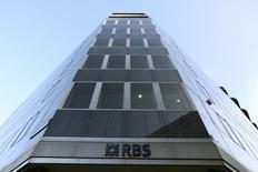 Royal Bank of Scotland a annoncé jeudi son intention de recentrer ses activités en Grande-Bretagne dans la foulée de la publication d'une perte de 8,2 milliards de livres (10 milliards d'euros) au titre de 2013. /Photo prise le 28 janvier 2014/REUTERS/Paul Hackett