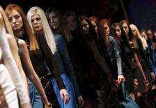 Défilé Versace pour l'automne-hiver 2014. Le fonds d'investissement américain Blackstone va prendre 20% du capital du groupe de luxe italien dans le cadre d'une transaction valorisant l'entreprise à un milliard d'euros. /Photo prise le 21 février 2014/REUTERS/Alessandro Bianchi