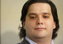 """MtGox, qui fut jusqu'il y a peu la principale plateforme d'échange de bitcoins, a demandé vendredi la protection de la loi japonaise sur les faillites, disant qu'il était possible qu'elle se soit fait voler l'intégralité des bitcoins placés chez elle. Son directeur général Mark Karpeles, un Français, a présenté ses excuses lors d'une conférence de presse, invoquant la """"fragilité des systèmes"""" de MtGox.  /Photo prise le 28 février 2014/REUTERS/Yuya Shino"""