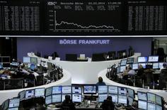 Les Bourses européennes ont chuté lundi, la montée des tensions internationales provoquée par la situation en Ukraine ayant pénalisé les actifs risqués, actions en tête. Paris a lâché 2,66% à 4.290,87 points, Londres 1,49%, Francfort 3,44%, Milan 3,34% et Madrid 2,33%.  /Photo prise le 3 mars 2014/ REUTERS