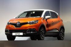 La première voiture que Renault fabriquera en Chine aura des airs de grand Captur (photo), le petit crossover urbain dont la marque prépare aussi une version agrandie pour l'Europe. /Photo prise le 30 avril 2013/REUTERS/Charles Platiau