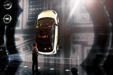 La Opel Adam S présentée au salon automobile de Genève. Karl-Thomas Neumann, président du directoire d'Opel a annoncé que la filiale européenne de General Motors voulait ravir à PSA Peugeot Citroën la place de deuxième constructeur automobile en Europe d'ici 2022. /Photo prise le 4 mars 2014/REUTERS/Arnd Wiegmann