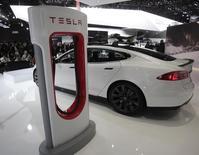 Tesla Motors, le constructeur américain de voitures électriques haut de gamme, a l'intention d'ouvrir plus de 30 points de vente et centres de services en Europe cette année dans le cadre de ses projets d'expansion à l'étranger. /Photo prise le 14 janvier 2014/REUTERS/Rebecca Cook