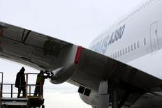 Airbus est l'une des valeurs à suivre à la Bourse de Paris après que l'avionneur a ordonné des inspections accrues sur les ailes de son très gros porteur A380 après avoir découvert des niveaux inattendus de fatigue du métal durant des tests en usine, a-t-on appris jeudi soir de sources industrielles. /Photo d'archives/REUTERS/Shannon Stapleton